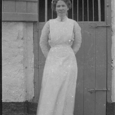 8A Bridget Voss (housemaid) in yard, 16 Oct 1913.jpg